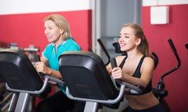Femmes s'exerçant sur des vélos d'exercice Photos stock