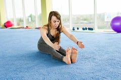 Femmes s'exer?ant sur le plancher dans le studio de forme physique photos libres de droits