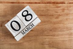 Femmes ` s jour 8 mars avec le calendrier de bloc en bois Photos libres de droits