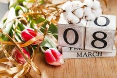 Femmes ` s jour 8 mars avec le calendrier de bloc en bois Photo stock