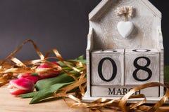 Femmes ` s jour 8 mars avec le calendrier de bloc en bois Photo libre de droits