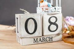 Femmes ` s jour 8 mars avec le calendrier de bloc en bois Photos stock