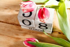 Femmes ` s jour 8 mars avec le calendrier de bloc en bois Image libre de droits