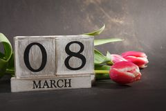 Femmes ` s jour 8 mars avec le calendrier de bloc en bois Image stock
