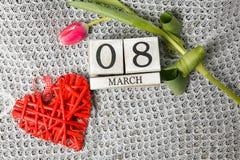 Femmes ` s jour 8 mars avec le calendrier de bloc en bois Photographie stock libre de droits