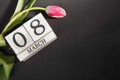 Femmes ` s jour 8 mars avec le calendrier de bloc en bois Photographie stock