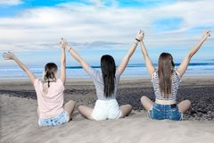 Femmes satisfaites posant sur la plage Image libre de droits