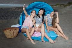 Femmes satisfaites prenant le selfie sur le pique-nique Image stock