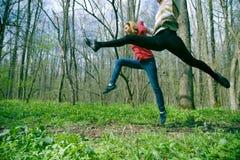 Femmes sautant dans la forêt Images libres de droits
