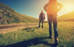 Femmes se baladantes trimardant en montagnes de rive Photos libres de droits