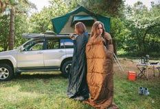 Femmes se réveillant à l'intérieur de des sacs de couchage Image stock