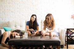 Femmes se réveillant avec la gueule de bois Photo libre de droits