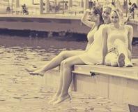 Femmes se reposant sur l'esplanade Photos libres de droits