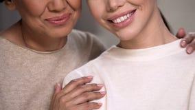 Femmes se souriant, mère étreignant la fille, amour de famille et bonheur images stock