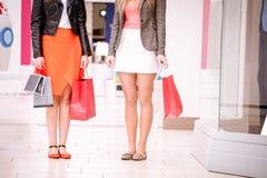 Femmes se tenant dans le mail avec des paniers Photographie stock