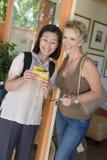 Femmes se tenant ensemble à la station de vacances Photographie stock libre de droits