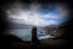 Femmes se tenant le premier rôle à l'océan Photo libre de droits