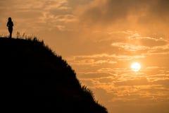 Femmes se tenant sur le dessus de la montagne avec le beau lever de soleil En parc national de Fahrenheit de Chi de Phu de provin Image stock