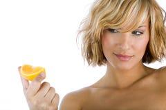 Femmes sexy tenant l'orange Photos stock