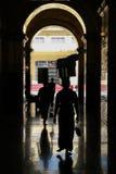 Femmes silhouettées dans la rue de Mandalay Images stock