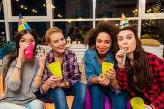Femmes sortantes ayant l'amusement à l'anniversaire Photos stock