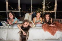 Femmes sortantes ayant l'amusement avant le sommeil Photographie stock libre de droits