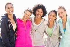 Femmes sportives riantes avec des bras autour de l'un l'autre image libre de droits