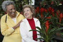 Femmes supérieures au jardin botanique Photo libre de droits