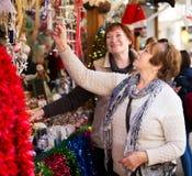 Femmes supérieures au marché de Noël Images stock