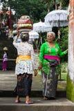 Femmes supérieures avec des paniers sur les têtes Images libres de droits
