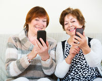 Femmes supérieures avec des téléphones portables Photo stock