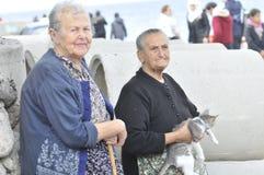 Femmes supérieures avec le chat Lesvos Grèce Photo libre de droits
