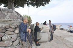 Femmes supérieures avec le chat Lesvos Grèce Photo stock