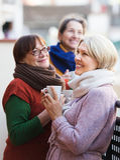 Femmes supérieures buvant du thé au balcon Photographie stock
