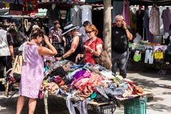 Femmes supérieures choisissant des vêtements au marché d'Aligre de puce Paris, Photo stock