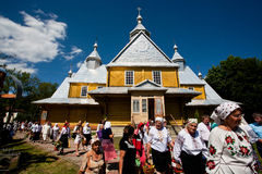 Femmes supérieures du service de l'église orthodoxe de village Photographie stock libre de droits