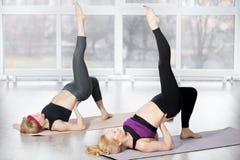 Femmes supérieures faisant l'exercice unijambiste de pont d'épaule Image stock