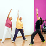 Femmes supérieures faisant la séance d'entraînement aérobie Image libre de droits