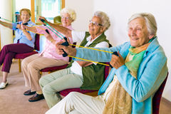 Femmes supérieures gaies exerçant leurs bras Photo stock