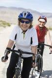 Femmes supérieures montant la bicyclette Photo libre de droits