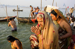 Femmes supérieures priant dans la foule sur les berges photo stock