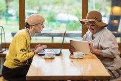 Femmes supérieures s'asseyant en café Photo stock