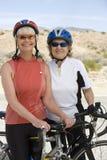 Femmes supérieures se tenant prêt la bicyclette Photographie stock