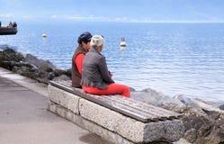 Femmes supérieures sur le banch, le Lac Léman, Suisse Image stock