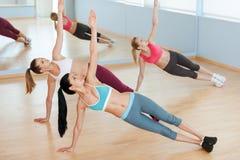 Femmes sur la classe d'aérobic. Images stock