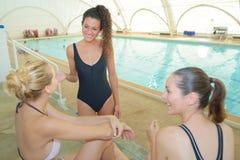 Femmes sur la coupure de natation Image stock