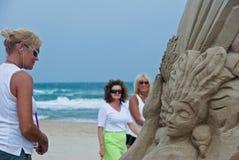 Femmes sur la plage Photos stock