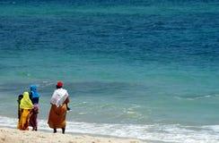 Femmes sur la plage de l'Océan Indien photos stock
