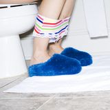 Femmes sur la toilette avec des chaussons image stock
