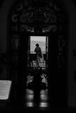 Femmes sur le balcon noir et blanc Photographie stock libre de droits